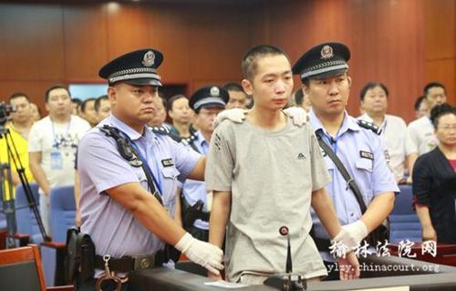 Zhao Zewei (giữa) bị cảnh sát áp giải tại phiên tòa ở tỉnh Thiểm Tây hồi tháng 7. Ảnh: ECNS.