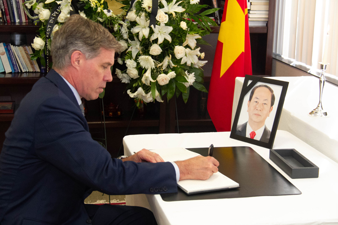 Quan chức các nước viếng Chủ tịch nước Trần Đại Quang ở sứ quán Việt Nam