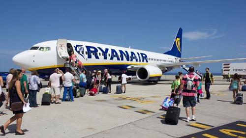 Các hành khách lên một chuyến bay của Ryanair tại sân bay Dublin, Ireland. Ảnh: Her