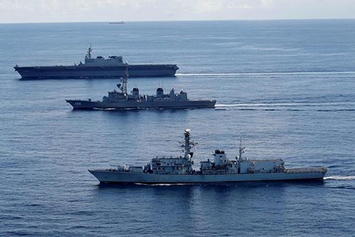 Tàu chiến của Hải quân Hoàng gia Anh Argyle (đằng trước), tàuInazuma của Nhật Bản (giữa) và tàu sân bay Kaga tập trận trên Ấn Độ Dương ngày 26/9. Ảnh: Reuters.