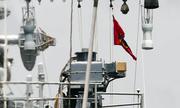 Tàu chiến Ấn Độ treo cờ rủ khi cập cảng Sài Gòn