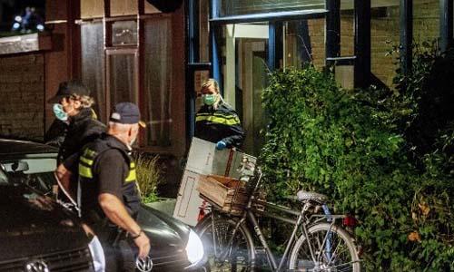 Cảnh sát Hà Lan khám nhà của một nghi phạm khủng bố đêm 27/9. Ảnh: AFP.