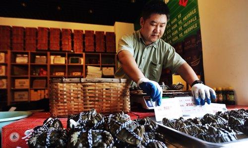 Một chủ cửa hàng đặt biển báo giá cua lông tại Bắc Kinh hồi tháng 9/2014. Ảnh: VCG.