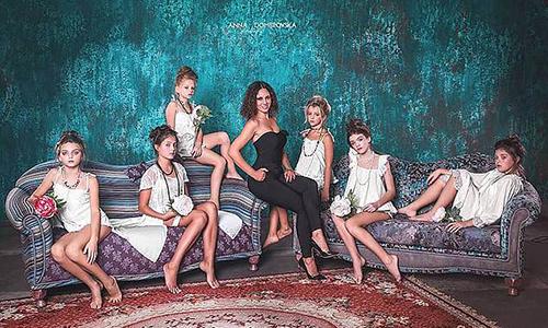 Nhà thiết kế Alla Frenkel (áo đen) cùng các người mẫu nhí quảng bá bộ sưu tập đồ lót trẻ em mới ra mắt. Ảnh: East2west news