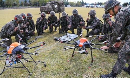 Binh sĩ Hàn Quốc đang huấn luyện khả năng sử dụng thiết bị bay không người lái. Ảnh: Yonhap.