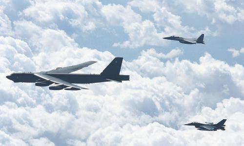 Hai tiêm kích Nhật Bản bay cùng B-52 Mỹ trong đợt diễn tập ngày 27/9. Ảnh: ASDF.