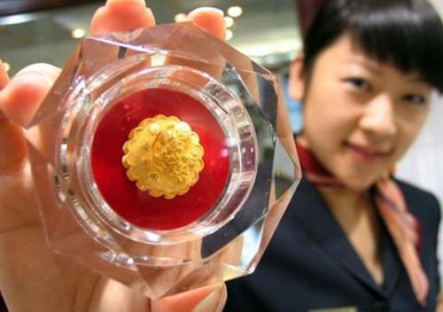 Mẫu bánh trung thu vàng nặng 500 gram giá hơn 3.340 USD từng bán rất chạy trong Tết trung thu 2012 ở Trung Quốc. Ảnh: AFP.