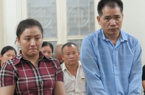 Tuyết (trái) và Hà tại phiên tòa sơ thẩm.