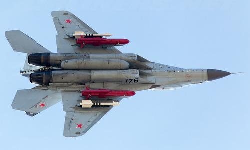 Mô hình tên lửa Kh-35U (màu đỏ) dưới cánh tiêm kích hạm MiG-29K Nga. Ảnh: Airliners.