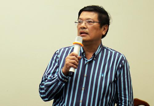 Nhà sử học Trần Hữu Phúc Tiến trình bày tham luận về giá trị lịch sử của tòa nhà Dinh Thượng Thơ.