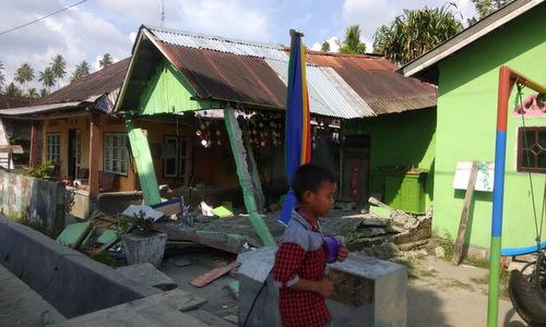 Một ngôi nhà hư hại sau trận động đất chiều 28/9. Ảnh: Twitter.