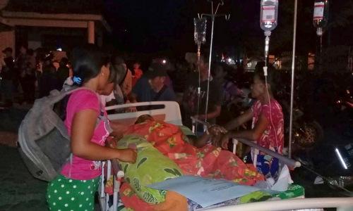 Người dân sơ tán khỏi một bệnh viện tại thành phố Palu tối 28/9. Ảnh: AP.