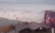 Sóng thần tràn vào thành phố Indonesia sau trận động đất 7,5 độ