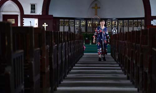 Người dân tại một nhà thờ ở thành phố Vũ Hán, tỉnh Hồ Bắc, Trung Quốc hôm 23/9. Ảnh: AFP.