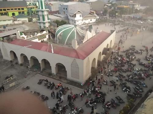 Nhà thờ Hồi giáo ở thành phố Palu sập mái sau trận động đất hôm qua. Ảnh: Twitter