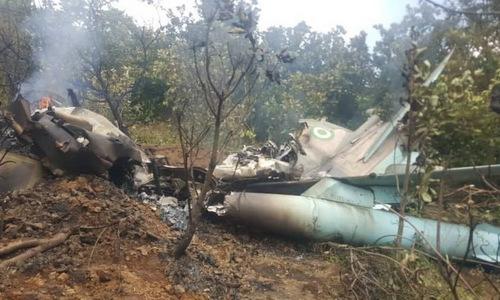 Xác máy bay F-7Ni trên đồi Katampe sau vụ tai nạn hôm 28/9. Ảnh: AFP.
