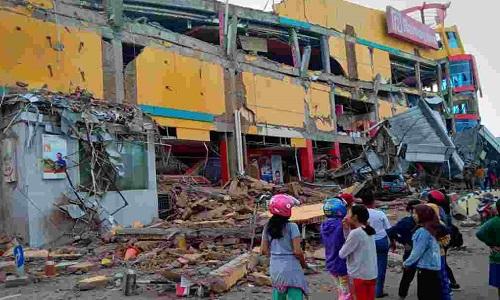 Trận sóng thần phá hủy nhiều nhà cửa trên đảo Sulawesi, Indonesia. Ảnh: CNN.