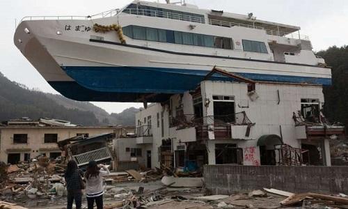 Sóng thần có thể cuốn tàu lớn lên nóc nhà như thảm họa ở Nhật Bản năm 2011. Ảnh: Phys.org.