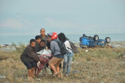 Người dân hôm nay di chuyển thi thể một nạn nhân sau động đất, sóng thần ở thành phố Palu, tỉnh Trung Sulawesi,Indonesia. Ảnh: AFP.