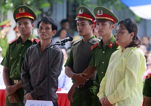 Bị cáo Dũng và Oanh tại phiên xét xử lưu động sáng 29/9. Ảnh: Nguyễn Đông.