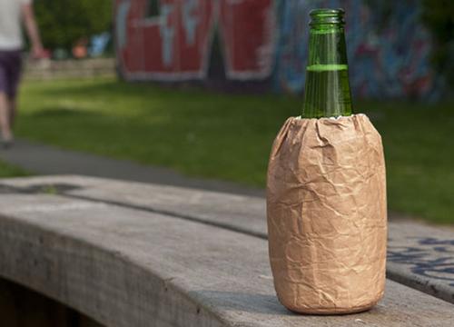 Chiếc túi giấy màu nâu che đi nhãn chai bia. Ảnh: Readersdigest
