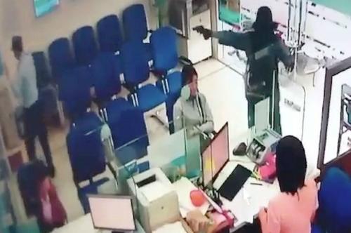 Hình ảnh camera ghi lại cảnh một thanh niên cầm súng xông vào trụ sở ngân hàng ở Tiền Giangcướp gần 1 tỷ đồng hôm 13/9.Ảnh cắt từ videp