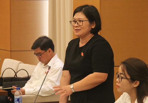 Đại biểu TP HCM Phan Thị Bạch Tuyết chất vấn lãnh đạo Bộ Nội vụ về mâu thuẫn giữa chủ trương giảm biên chế giáo dục với thực tiễn thiếu giáo viên. Ảnh: Sỹ Điền.