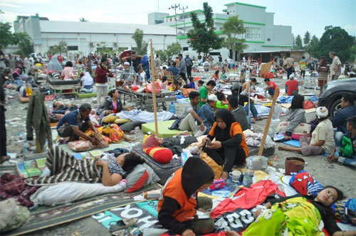 Khung cảnh bên ngoài một bệnh viện ở Palu sáng nay, sau khi động đất sóng thần ập đến thành phố ven biển này chiều qua. Ảnh: AFP.
