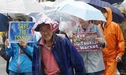 Dân Tokyo đội mưa biểu tình đòi giữ chợ cá lớn nhất thế giới