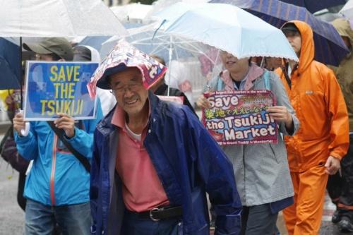 Người dân Tokyo đội mưa phản đối việc chuyển chợ cá Tsukiji. Ảnh: AFP.