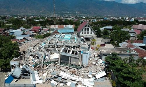 Khách sạn ở Palu tan tành trong trận động đất. Ảnh: AFP.