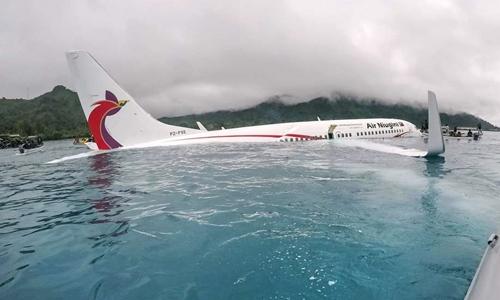 Máy bay Air Niugininằm ở đầm nước sau khi gặp sự cố hạ cánh. Ảnh: US Navy.