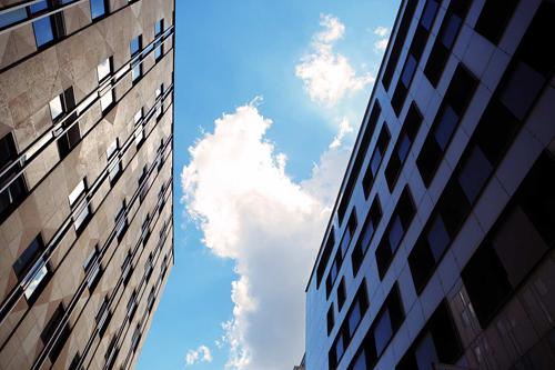 Tòa nhà bên phải nằm trong bóng của tòa bên trái. Ảnh: Rghttolightsurveyors.
