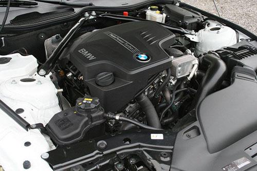 Động cơ 2.0 trên một mẫu xe BMW. Ảnh: Topspeed.