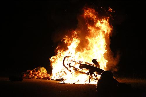 Xe máy bốc cháy ngùn ngụt. Ảnh: Duy Khôi.