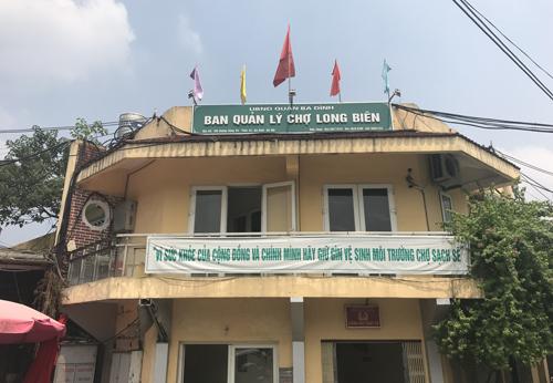 Ban quản lý chợ Long Biên nằm trong khuôn viên chợ. Ảnh: Phạm Dự.