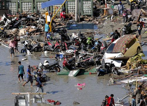 Cảnh tượng tan hoang tại thành phố Palu sau khi sóng thần tràn qua. Ảnh: AP.