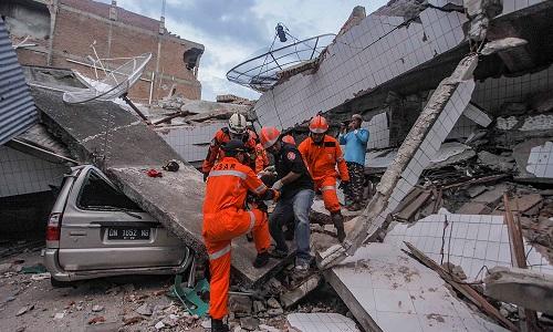 Lực lượng cứu hộ Indonesia đang đưa một nạn nhân sống sót khỏi đống đổ nát tại Palu vào ngày 30/9. Ảnh: Reuters.