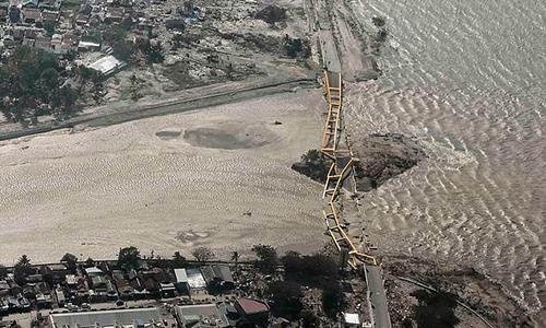 Cây cầu chính ở thành phố Palu bị sập hoàn toàn sau động đất và sóng thần. Ảnh: Reuters