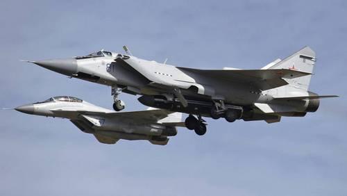Chiếc MiG-31 (phía trước) với quả tên