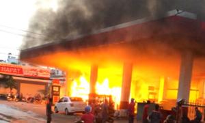 Cây xăng ở Sài Gòn bốc cháy
