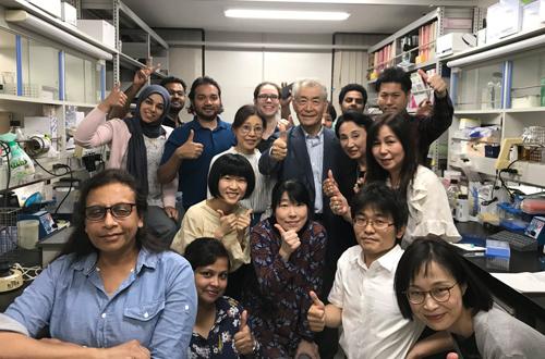 TS Tasuku Honjo (áo vest xanh) được đồng nghiệp tại Đại học Kyoto vây quanh sau nghi nhận được tin đoạt giải Nobel. Ảnh: Nobel Prize.