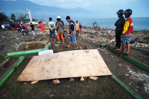 Thi thể các nạn nhân nằm trên bờ biển Palu, tỉnh Trung Sulawesi hôm 29/8. Ảnh: Reuters.