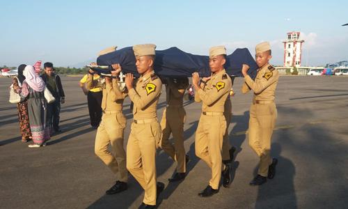 Thi thể Agung được các binh sĩ di chuyển lên trực thăng để đưa về quê an táng hôm 29/9. Ảnh: Twitter.