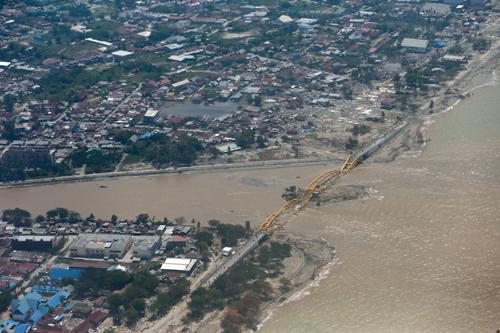 Thành phố Palu, tỉnh Trung Sulawesi, Indonesia bị tàn phá sau động đất, sóng thần ngày 28/9 nhìn từ trên cao. Ảnh: Reuters.