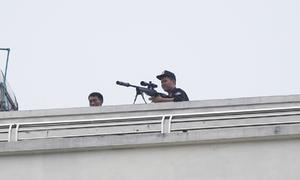 200 cảnh sát bao vây người đàn ông cầm lựu đạn