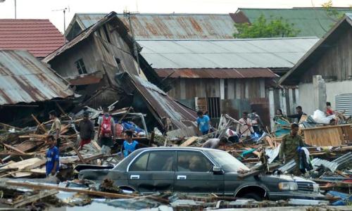 Người dân Palu tìm lại đồ đạc sau động đất. Ảnh: RTE.