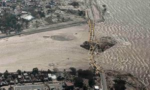 Người Indonesia hoảng hốt tháo chạy khi mặt đất hóa lỏng sau thảm họa kép