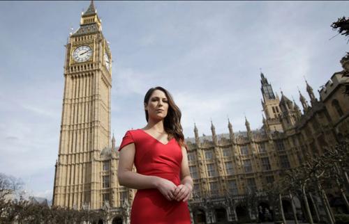 Nicola đứng ởtòa nhà Nghị viện Anh trước phiên tranh luận. Ảnh: AP.