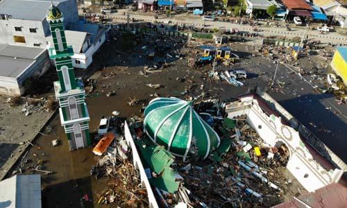 Một nhà thờ Hồi giáo tại thành phố Palu, tỉnh Trung Sulawesi, Indonesia, sụp đổ sau khi động đất và sóng thần tấn công khu vực này hôm 28/9. Ảnh: AFP.